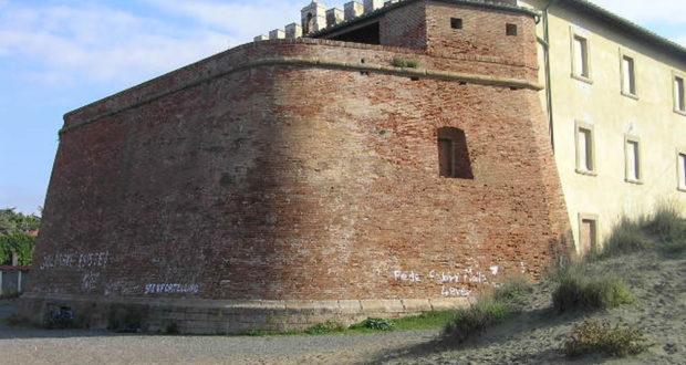 Il bastione del forte rivolto verso il mare e le scritte che deturpano la struttura, Forte di Castagneto, Donoratico, Livorno. Author and Copyright Marco Ramerini.