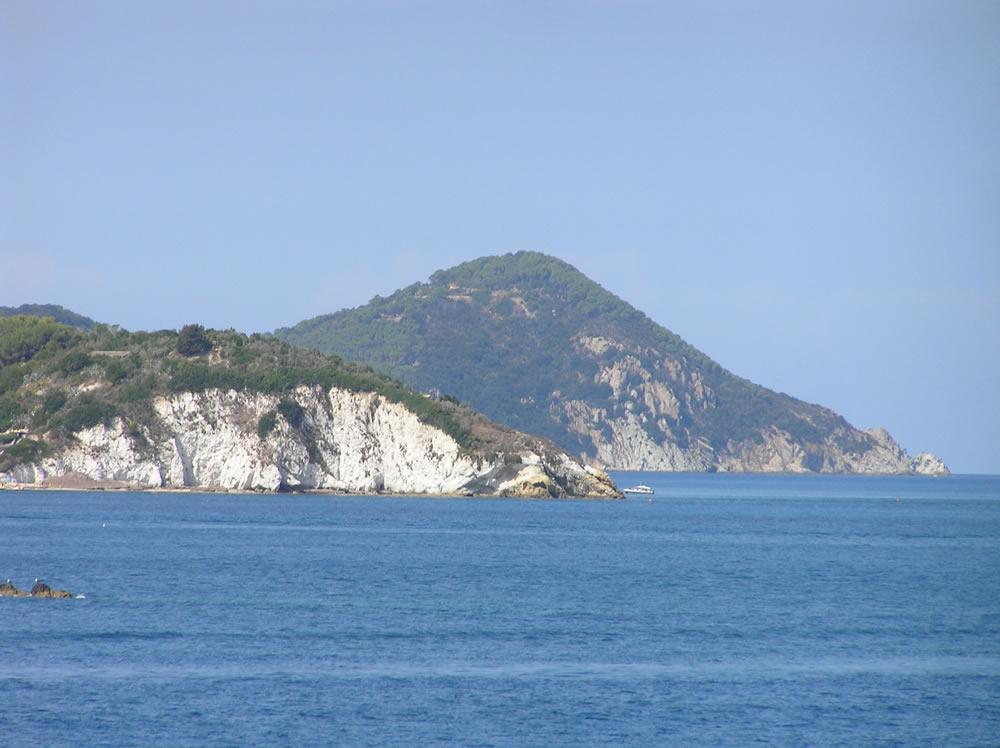 Il tratto di costa tra Portoferraio e il Capo d'Enfola, Isola d'Elba, Livorno. Author and Copyright Marco Ramerini