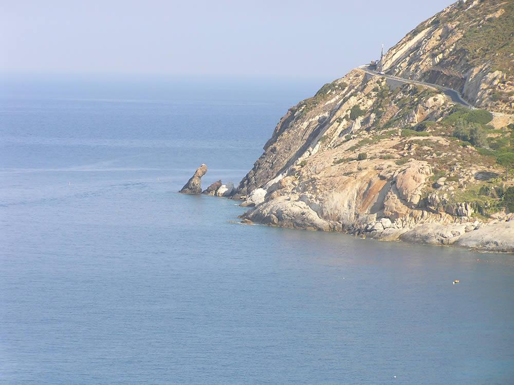 La côte entre Chiessi et Pomonte, Marciana, l'île d'Elbe, Livourne.. Auteur et Copyright Marco Ramerini