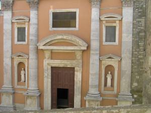 La facciata della Chiesa di San Leonardo, Manciano, Grosseto. Author and Copyright Marco Ramerini