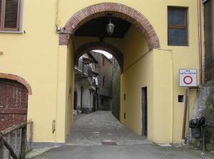 La porta nord del borgo di Ghivizzano vista dall'esterno, Coreglia Antelminelli, Lucca. Author and Copyright Marco Ramerini