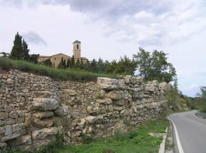 Le mura Etrusche lungo la strada Provinciale Pisana che porta a Volterra, sullo sfondo il campanile della chiesa di San Giusto, Volterra, Pisa. Author and Copyright Marco Ramerini