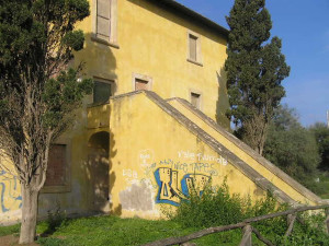 L'edificio del forte rivolto verso terra con la scalinata d'ingresso, i segni del degrado sono visibili anche qui, Forte di Castagneto, Donoratico, Livorno. Author and Copyright Marco Ramerini