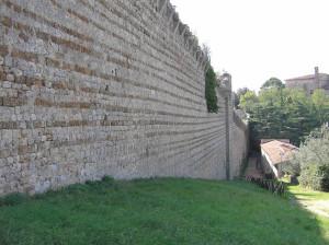 Uno dei tratti delle mura meglio conservate, vicino a Porta San Francesco, Massa Marittima, Grosseto. Author and Copyright Marco Ramerini