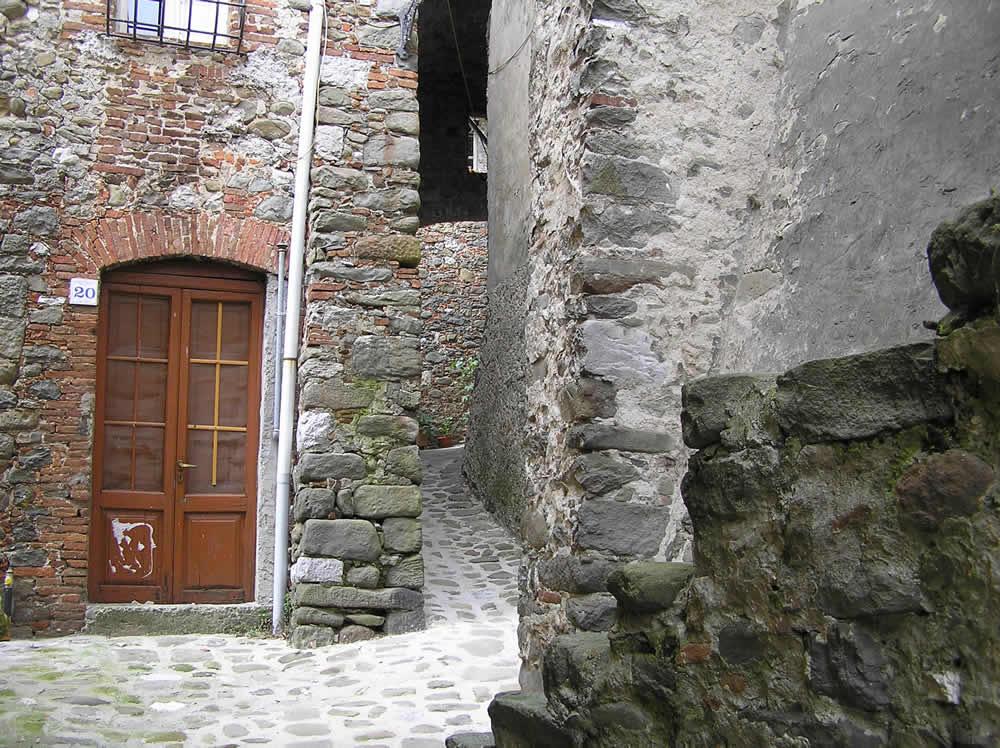 Vicolo del borgo di Ghivizzano, Coreglia Antelminelli, Lucca.. Author and Copyright Marco Ramerini