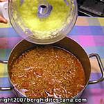 Aggiunta della polpa delle zucchine al sugo di carne per le Zucchine Ripiene. Autore e Copyright Marco Ramerini