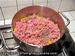 Cottura del sugo di carne per le Zucchine Ripiene. Autore e Copyright Marco Ramerini