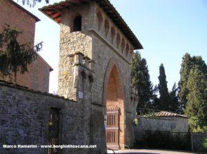 La porta di accesso a Linari, Barberino Val d'Elsa. Autore e Copyright Marco Ramerini.