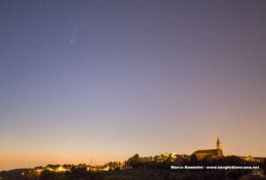 Cometa Neowise sulla chiesa del Borghetto, Tavarnelle Val di Pesa. Autore e Copyright Marco Ramerini