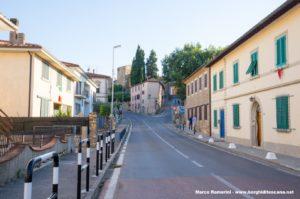 La Via Cassia con la Porta Fiorentina, Barberino Val d'Elsa. Autore e Copyright Marco Ramerini