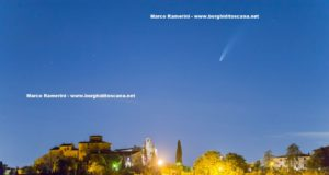 La cometa Neowise sul borgo medievale di Tignano. Autore e Copyright Marco Ramerini
