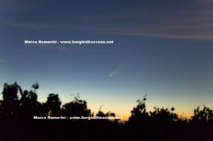 La cometa dopo il tramnoto dalla Cupola di San Donnino. Autore e Copyright Marco Ramerini