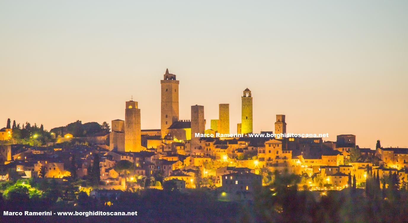 San Gimignano di notte. Autore e Copyright Marco Ramerini