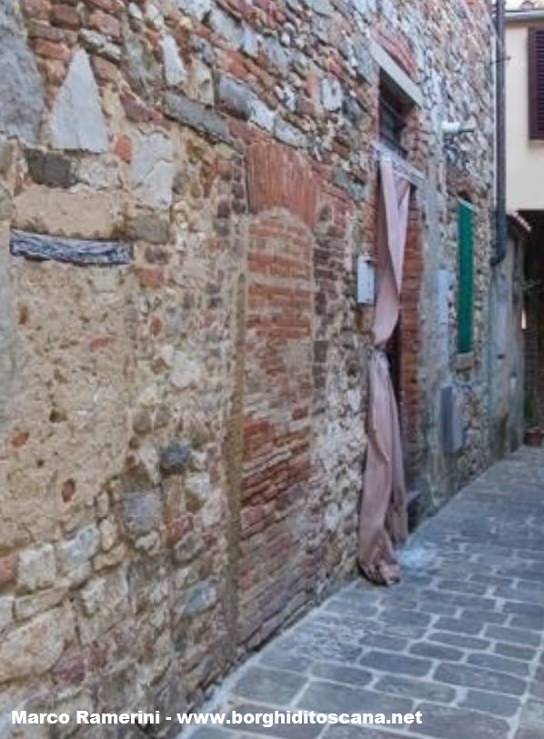 Forse una vecchia porta d'accesso alla cappella della Fraternità della Penitente Santa Maddalena. Autore e copyright Marco Ramerini