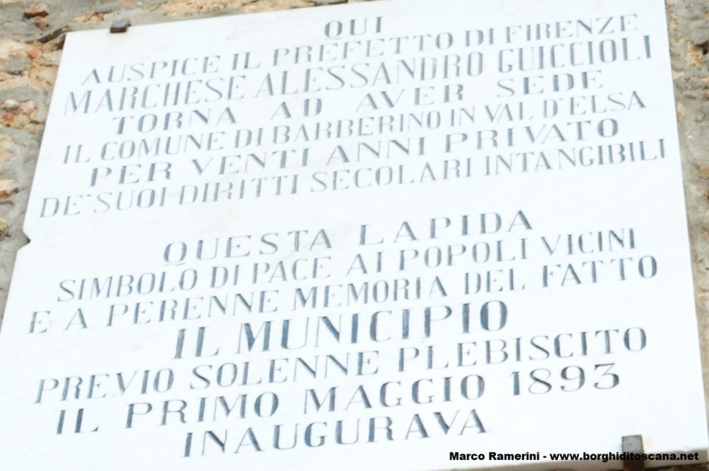 La lapide che ricorda la rinascita del comune di Barberino Val d'Elsa. Autore e Copyright Marco Ramerini