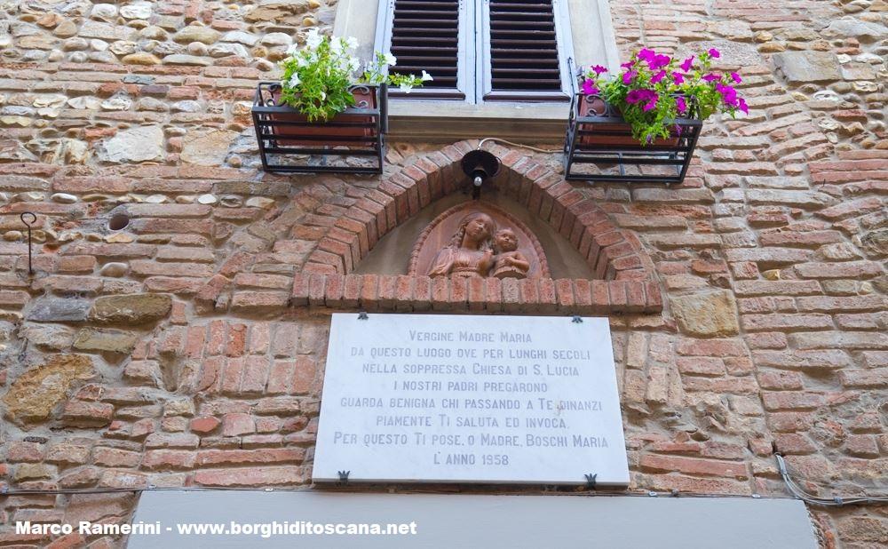 A ricordo di una delle chiese di Barberino: La targa posta sul luogo della chiesa di Santa Lucia a Barberino. Autore e Copyright Marco Ramerini