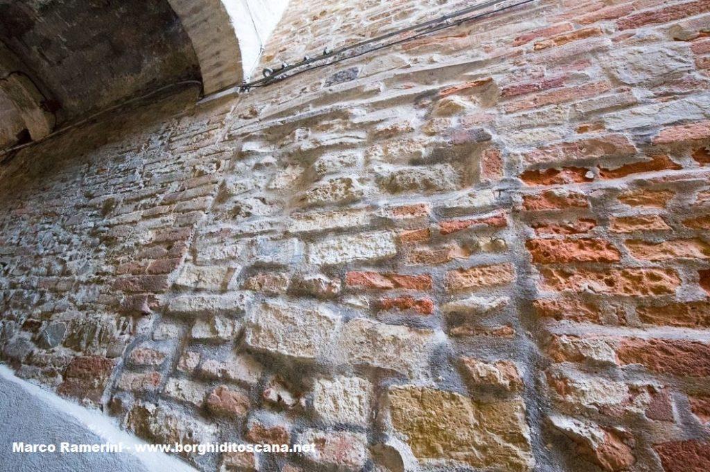 Quello che forse era l'ingresso secondario della chiesa di Santa Lucia a Barberino. Autore e Copyright Marco Ramerini