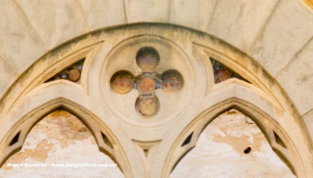 Nebbiano. Dettaglio di una finestra della chiesa di Sant'Angelo a Nebbiano. Autore e Copyright Marco Ramerini