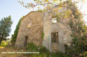 La facciata della chiesa e la casa del parroco di Sant'Angelo a Nebbiano. Autore e Copyright Marco Ramerini