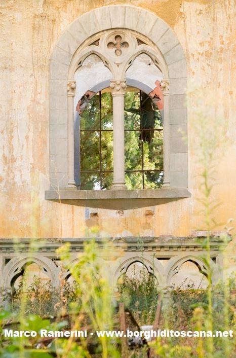 L'altare e una finestra della chiesa di Sant'Angelo a Nebbiano. Autore e Copyright Marco Ramerini