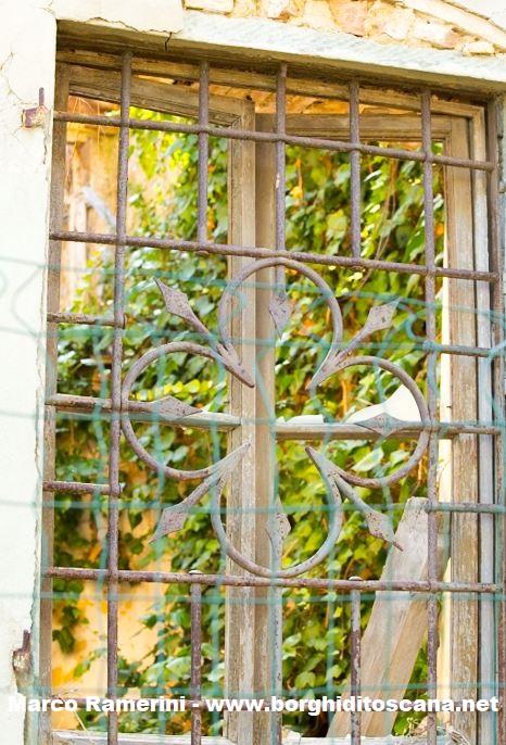 L'inferriata di una finestra della casa del parroco della chiesa di Sant'Angelo a Nebbiano. Autore e Copyright Marco Ramerini