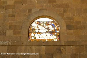 Resti delle vetrate della chiesa di Sant'Angelo a Nebbiano. Autore e Copyright Marco Ramerini
