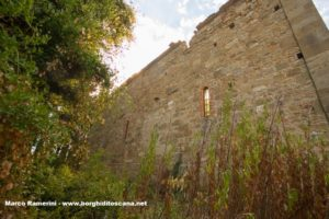 Un fianco della chiesa di Sant'Angelo a Nebbiano. Autore e Copyright Marco Ramerini