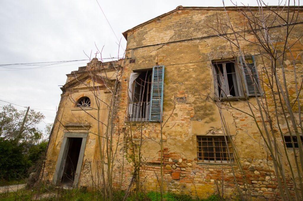 La facciata della cappella della villa di Paolo del Pozzo Toscanelli, Certaldo. Autore e Copyright Marco Ramerini