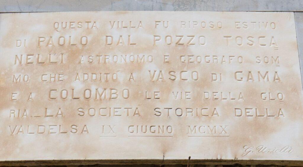 La targa in marmo sulla facciata della villa di Paolo del Pozzo Toscanelli, Certaldo. Autore e Copyright Marco Ramerini