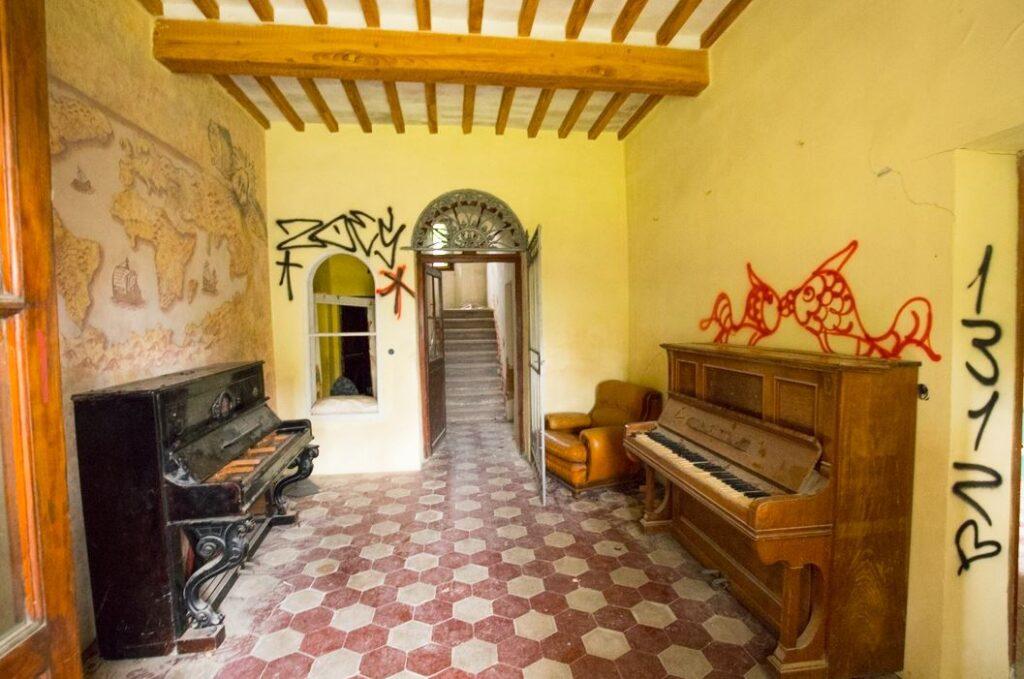 L'interno della prima stanza della villa di Paolo del Pozzo Toscanelli, Certaldo. Autore e Copyright Marco Ramerini