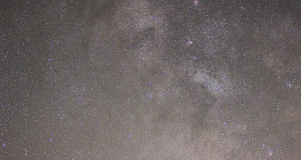 Nebulose Omega (M17), Eagle (M16), Trifida (M20) e Laguna (M8), Sagittario. Obiet. Canon USM(70-300 mm) 70 mm F 4.0, ISO 1600, posa 2 minuti, ins. Sky Adventurer SkyWatcher. Autore Marco Ramerini