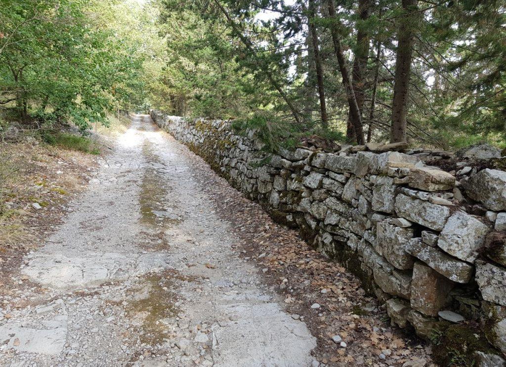 L'antica strada davanti alla Chiesa di San Silvestro. Autore e Copyright Marco Ramerini