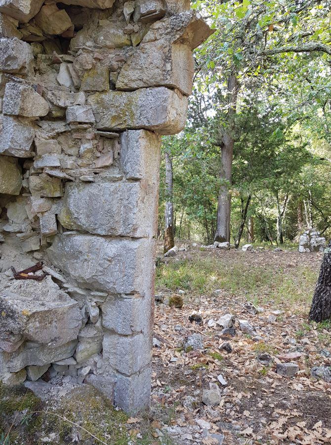 Quello che resta della porta principale della chiesa di San Silvestro. Autore e Copyright Marco Ramerini